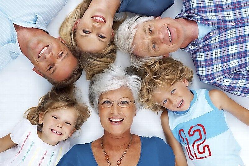 картинка много людей разного возраста при загадочных