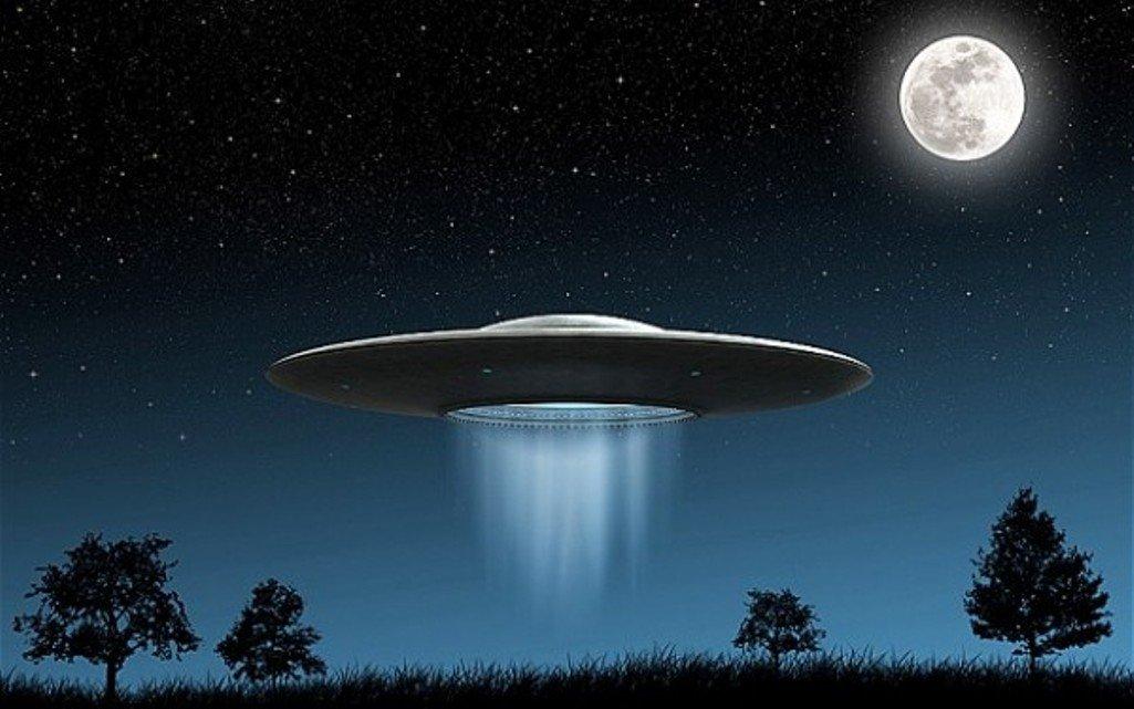Ныряющий в портал НЛО сняли