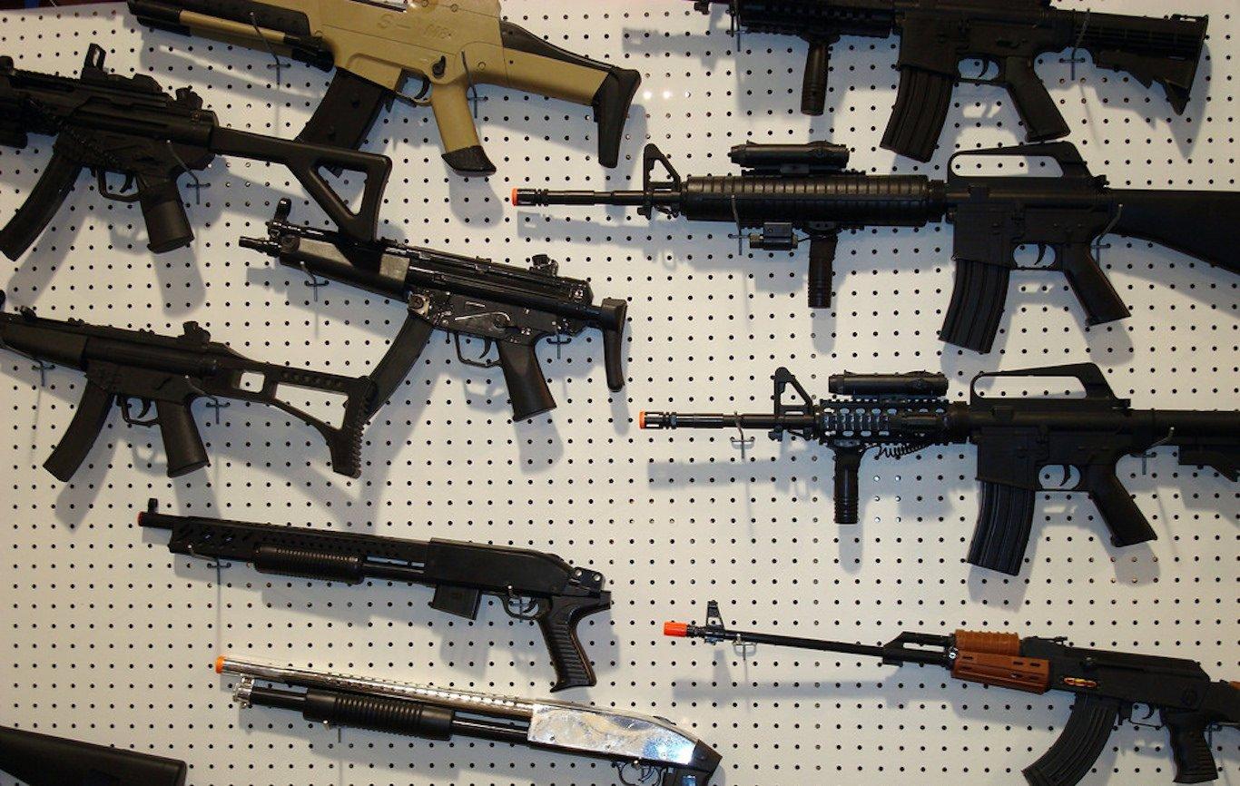 Осуждённых затяжкие правонарушения граждан России предлагают отнять права наоружие