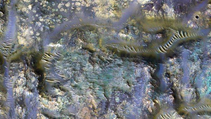 Впечатляющее фото разноцветных кратеров Марса опубликовало NASA