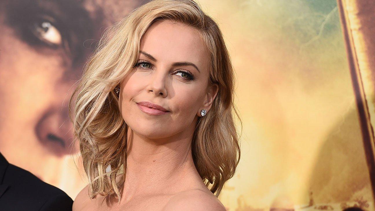 Шарлиз Терон появилась напремьере «Взрывной блондинки» ввызывающем наряде отGivenchy