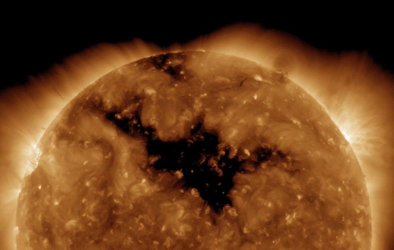 NASA обнаружили на Солнце дыру размером с нашу планету