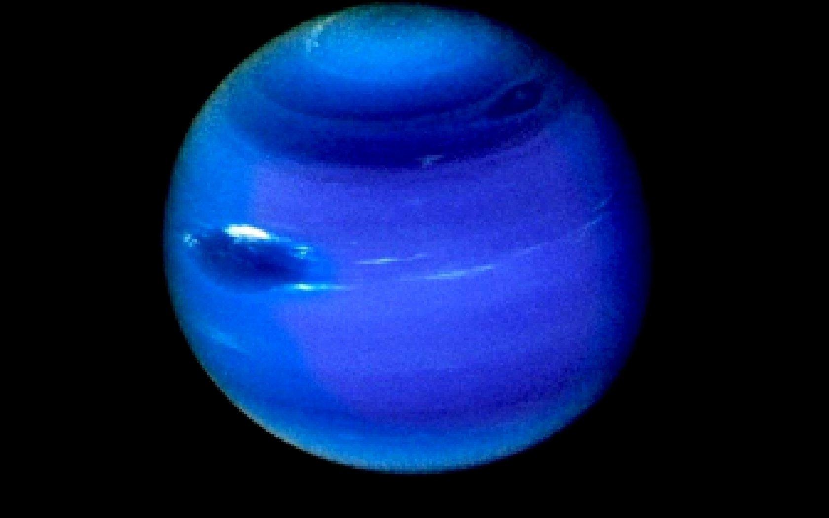 Ученые обнаружили наповерхности Нептуна новые загадочные темные пятна