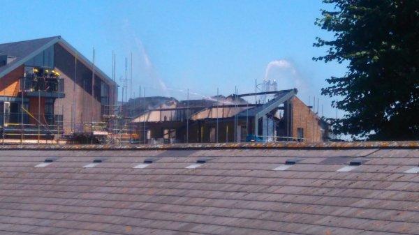 Порядка 80 пожарных задействованы в тушении пожара в недостроенном жилом комплексе в Лондоне