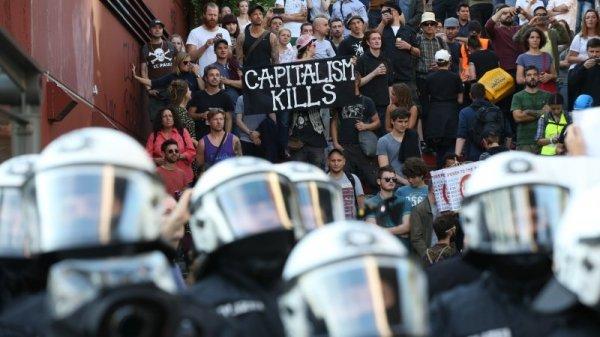 В Гамбурге полиция борется с протестантами водометами и перцовыми спреями