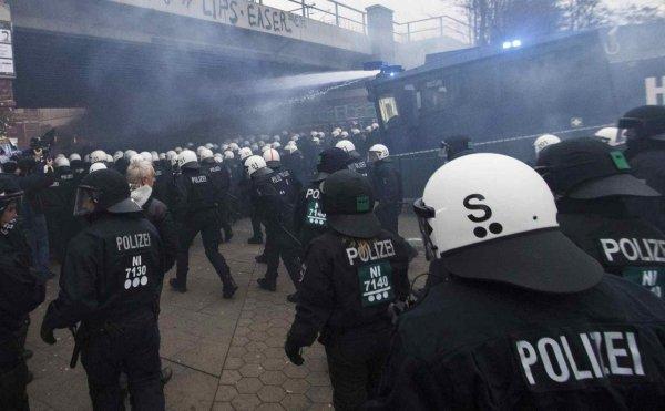 """Сеть """"взорвало"""" видео секса на балконе молодой пары во время митинга в Гамбурге"""