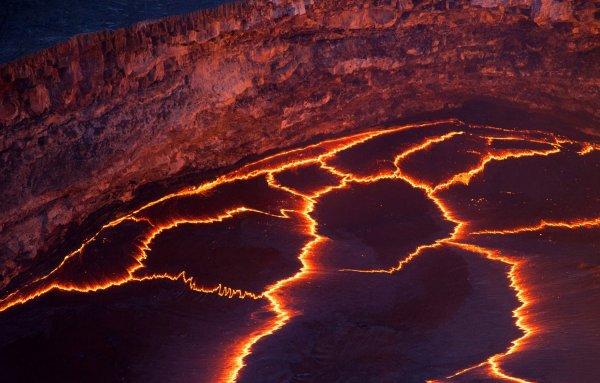 В Мексике из треснувшей земли полилась раскаленная магма