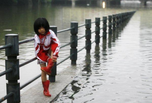 В Китае в результате проливных дождей скончались восемь человек