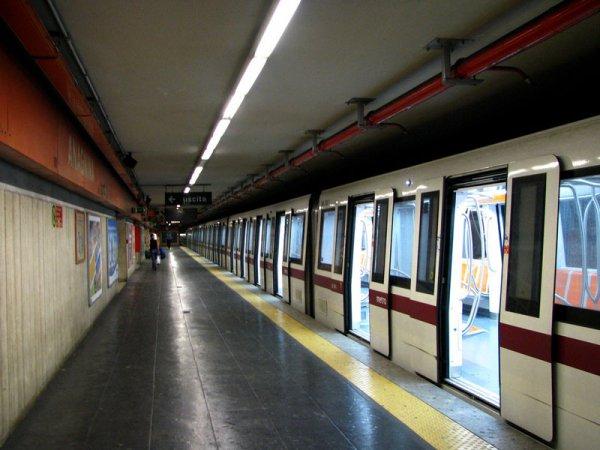 Гражданку Белоруссии зажало в дверях метро Рима