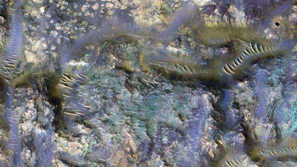NASA показало унікальні знімки кратера Марса з різнокольоровими хробаками