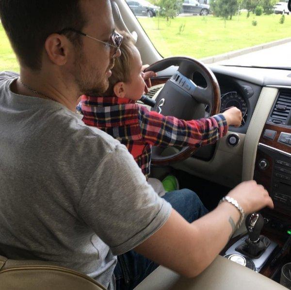 Алексей Чадов учит трехлетнего сына вождению