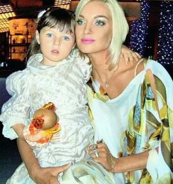 Анастасия Волочкова показала архивный снимок с маленькой дочкой