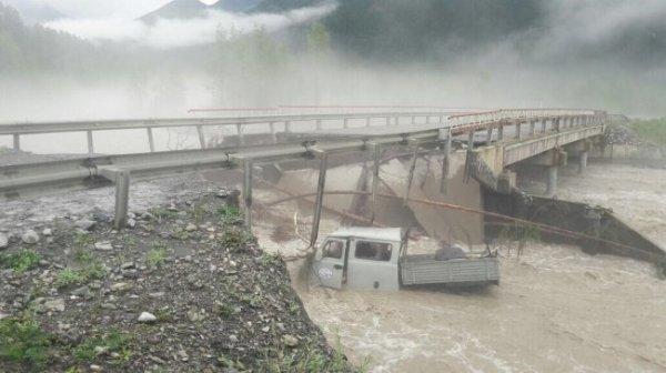 В Якутии автомобиль с людьми упал в реку с разрушенного моста