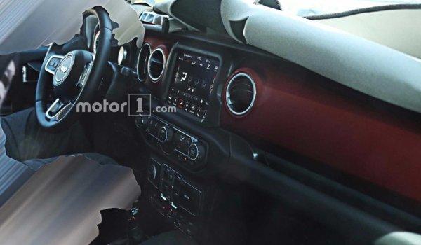 Опубликованы шпионские фото салона нового Jeep Wrangler 2018