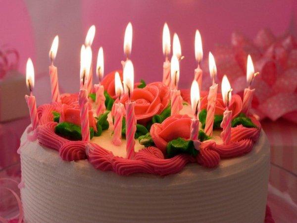 Ученые сообщили об опасности задувания свечей на торте