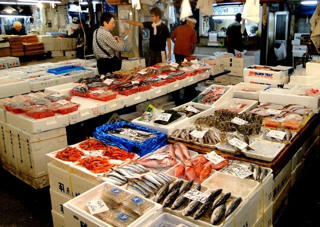 Крупнейший вмире рыбный рынок полыхает вТокио