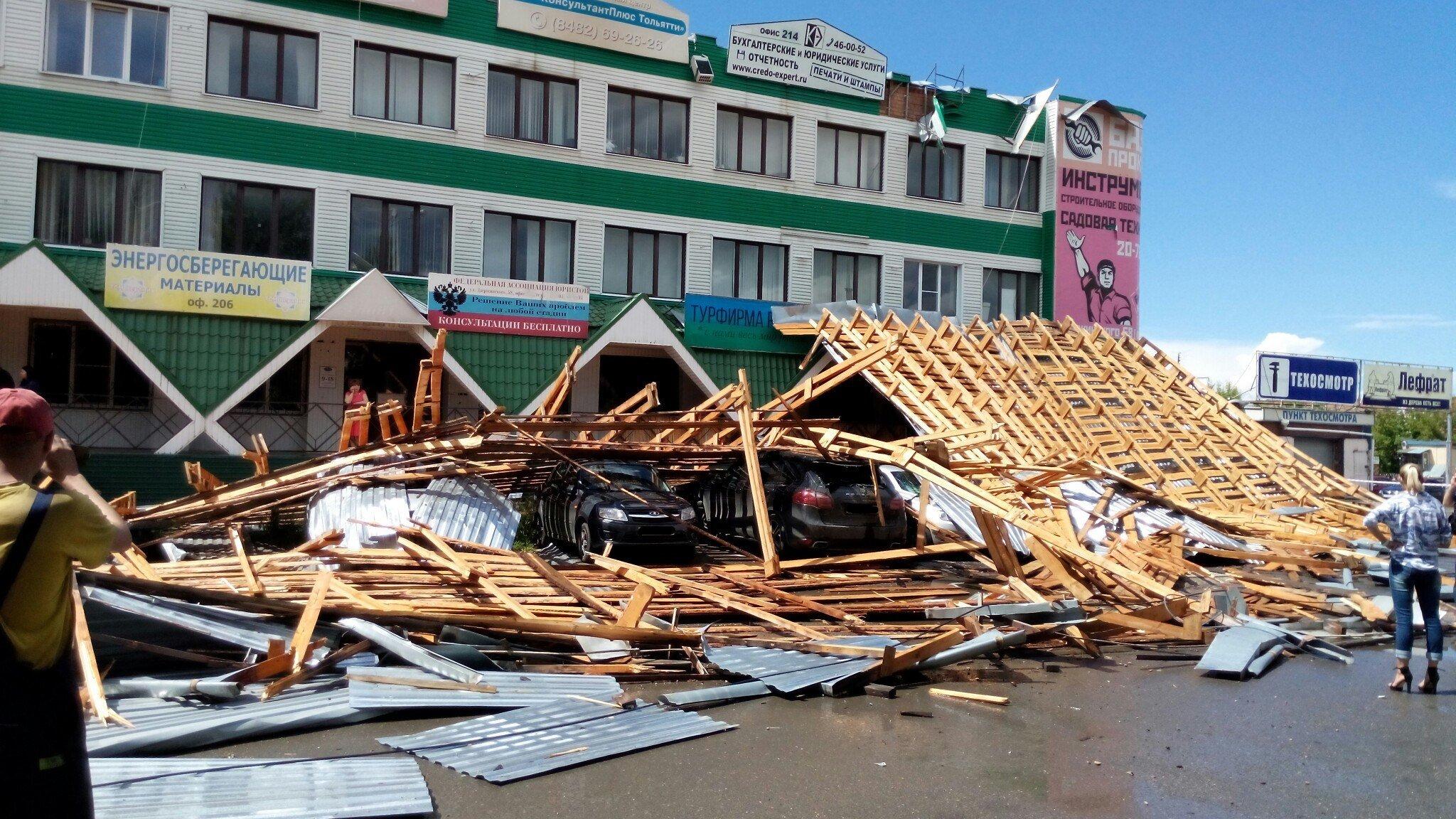 Циклон под Красноярском снес крышу здания ваэропорту