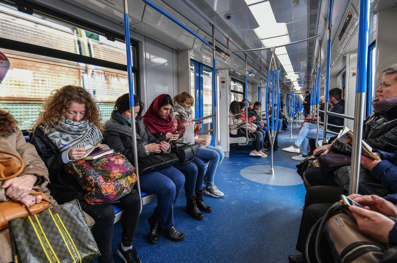 Порно поезд метро, секс женщины с двумя влагалищами