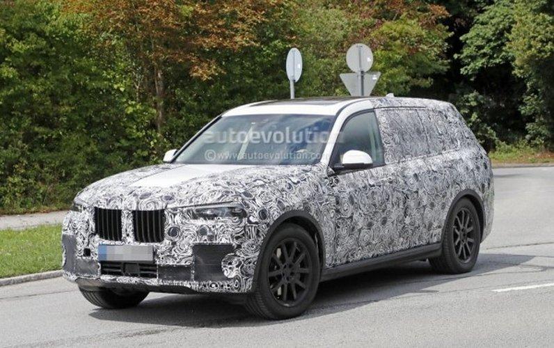 Флагманский кроссовер BMW X7 тестируется с серийной оптикой