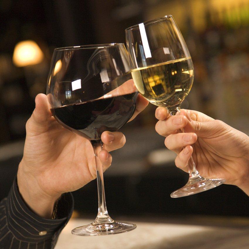 Жители России начали пить больше коньяка иимпортных вин