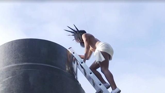 Активистка Femen бросалась конфетами Roshen с монумента Ленину