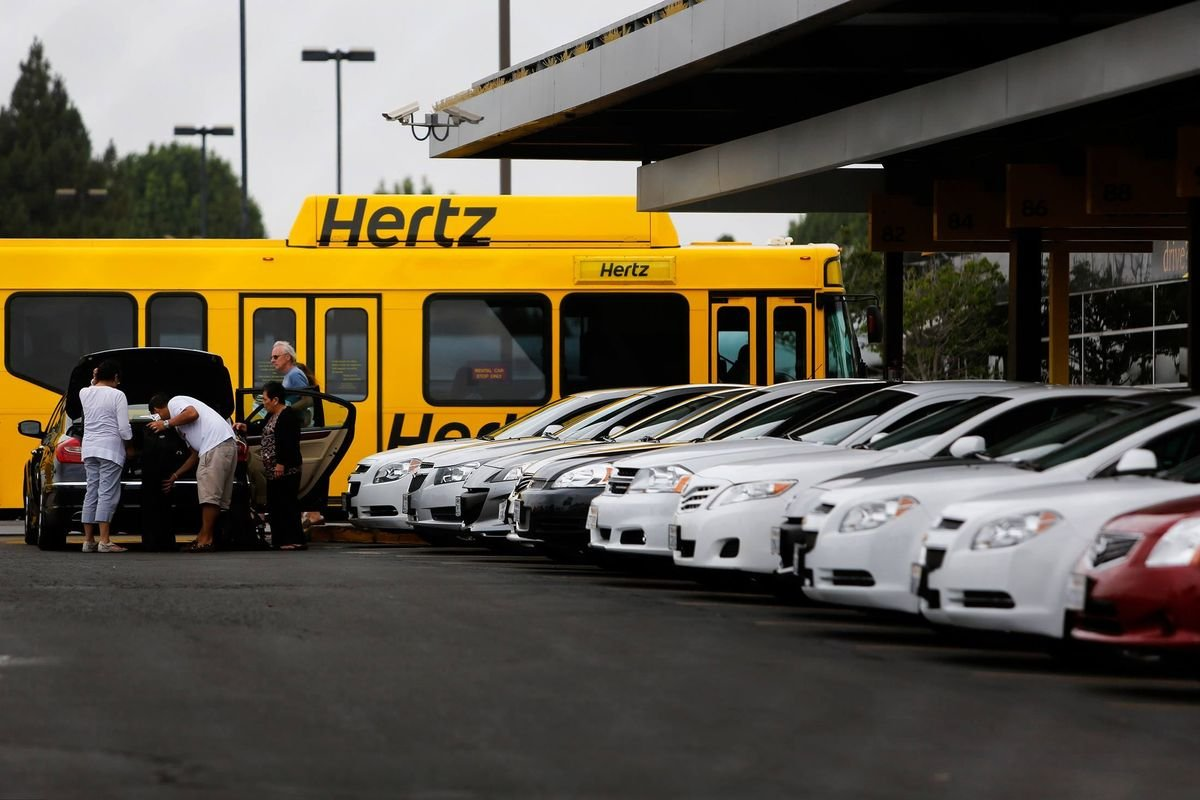 СМИ узнали озакрытии в РФ сервиса аренды машин Hertz