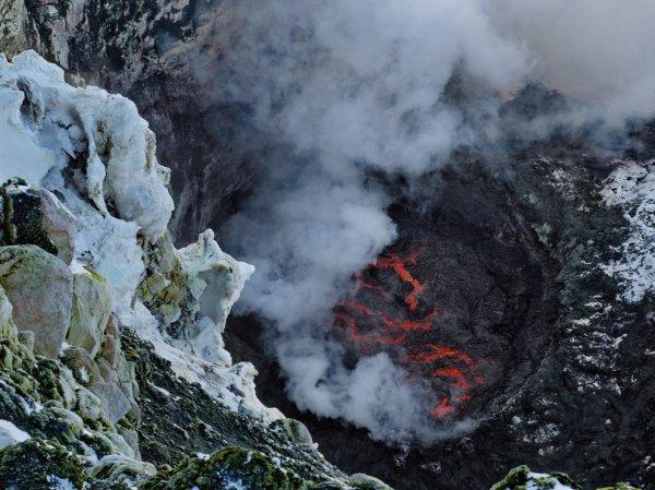 Подо льдами Антарктиды исследователи обнаружили около сотни вулканов