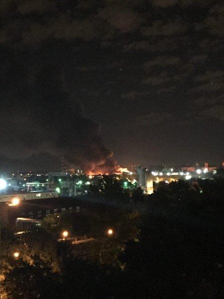 Ночной пожар на лакокрасочном складе в Москве удалось потушить