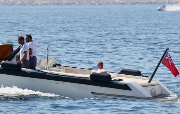 После расставания с Жуковой Роман Абрамович в одиночестве катается на яхте