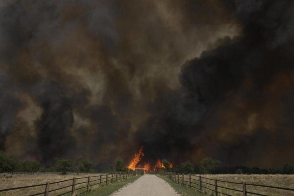 В Волгограде перекрыта федеральная трасса из-за пожара