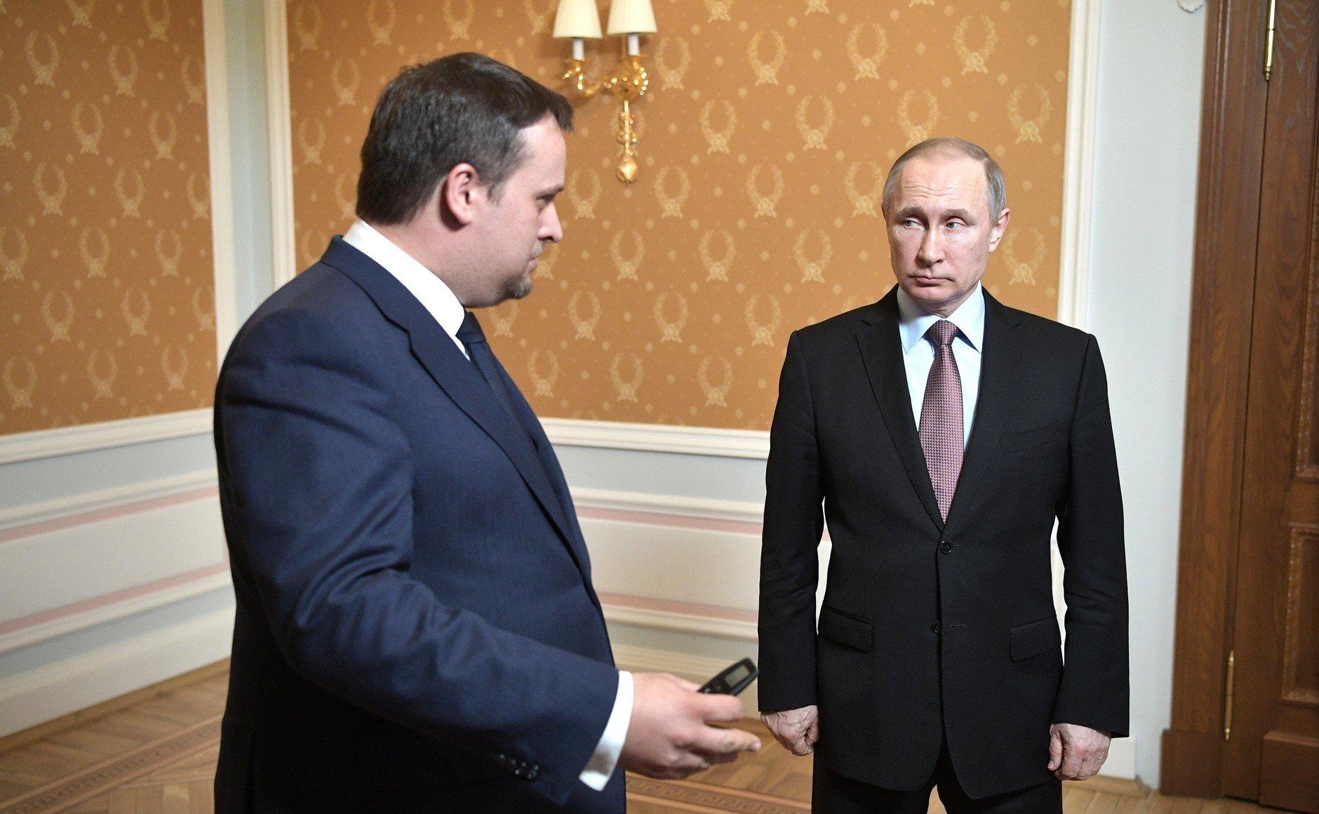 Путин вручил главе Новгородской области папку сжалобами граждан региона
