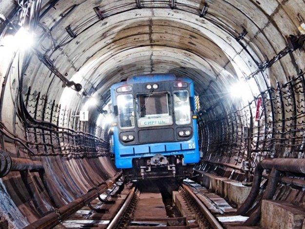 ВСанкт-Петербурге человек упал нарельсы метро