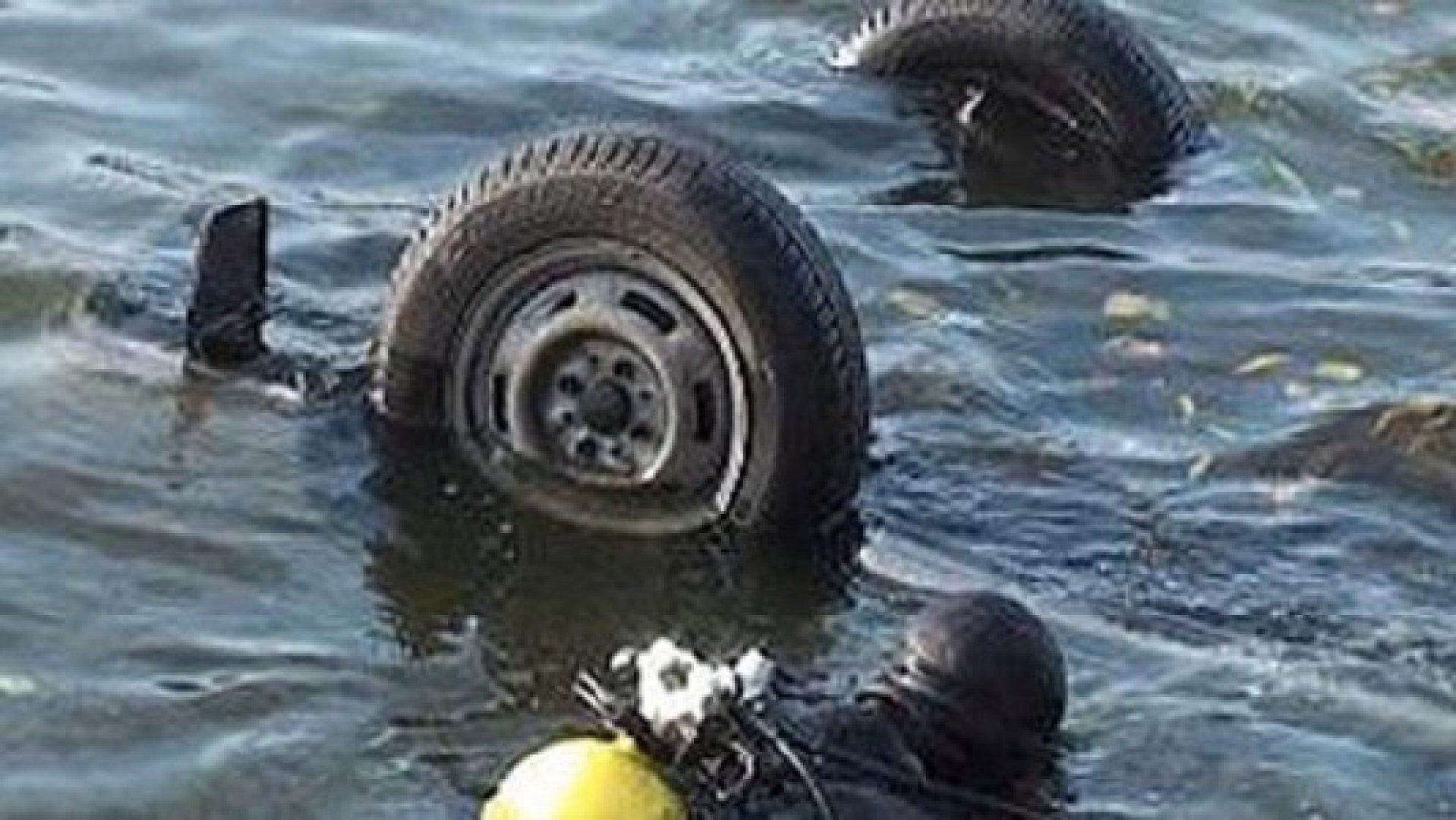 В Кабардино Балкарии иномарка упала в озеро