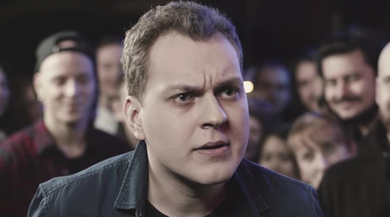 Блогер Хованский удалил ролики оТинькове после того, как ему выломали дверь