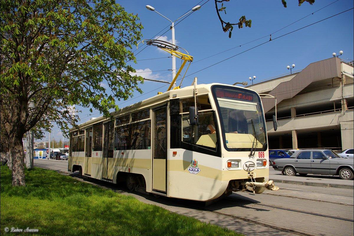 ДТП вРостове: трамвай сошел срельсов иврезался вавтомобиль