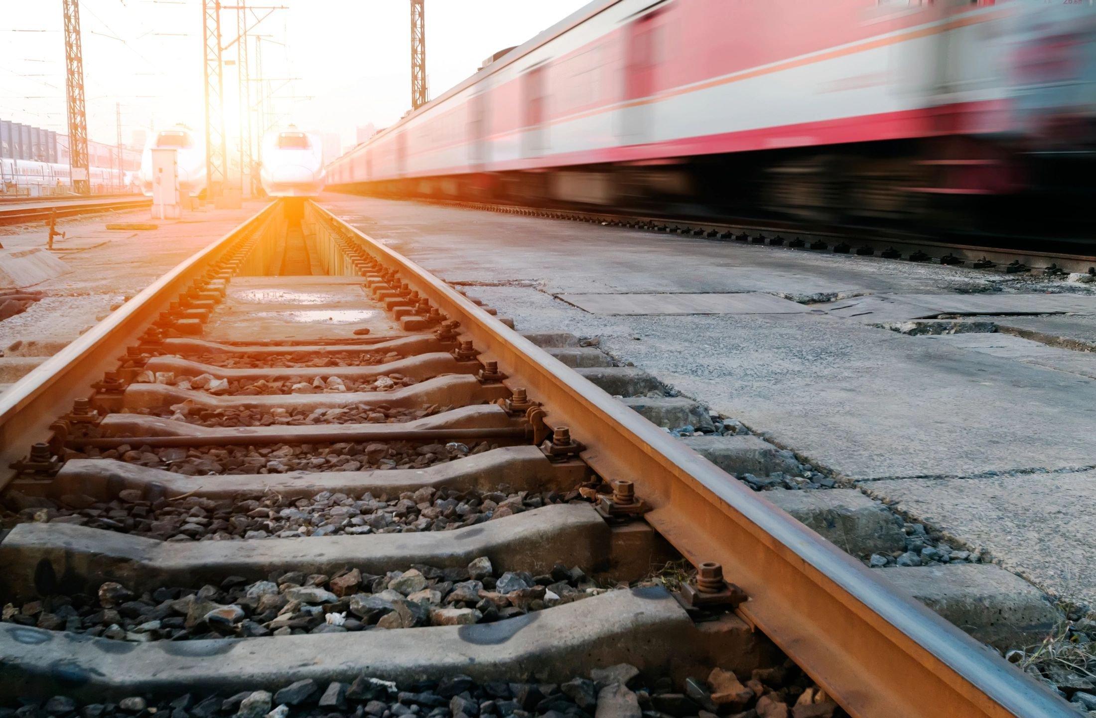 ВУфе грузовой поезд сбил молодую девушку снаушниками вушах