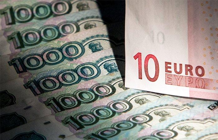 Курс доллара наМосковской бирже вырос до58,34 рубля