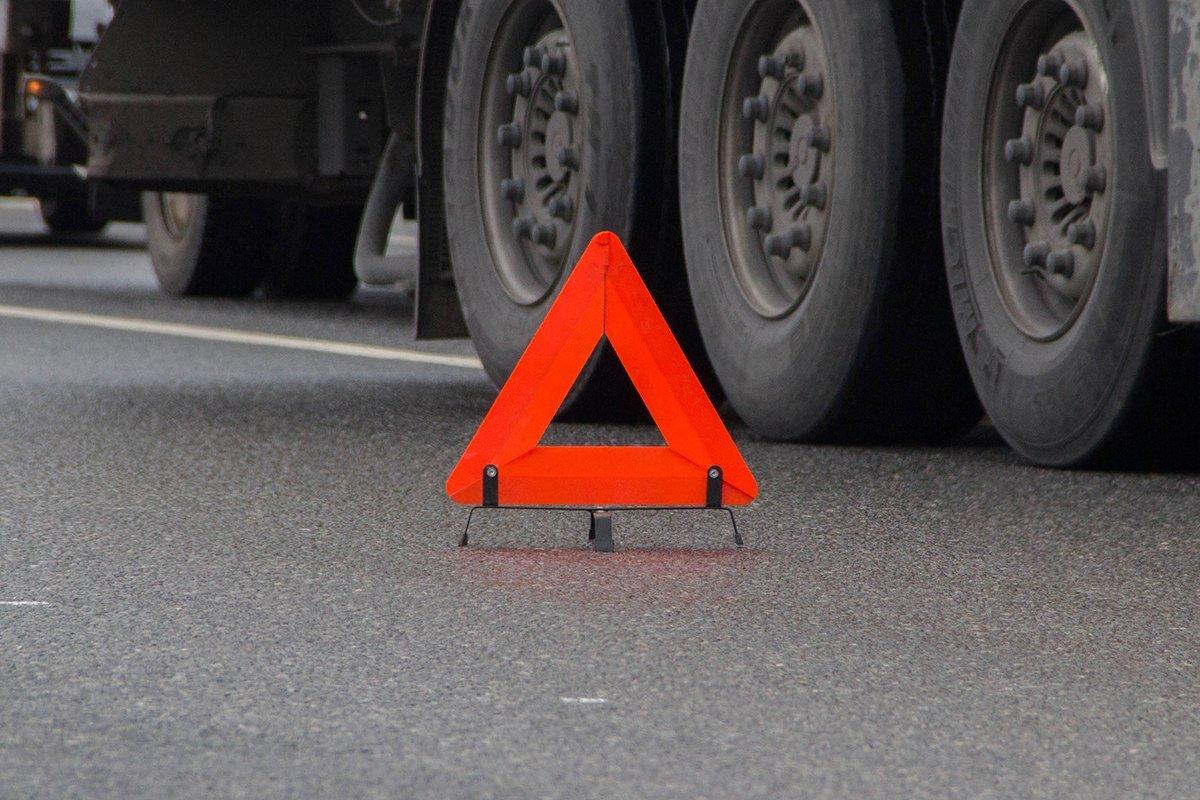 НаТургеневском шоссе под Краснодаром «КамАЗ» врезался вприпаркованную наобочине легковую машину
