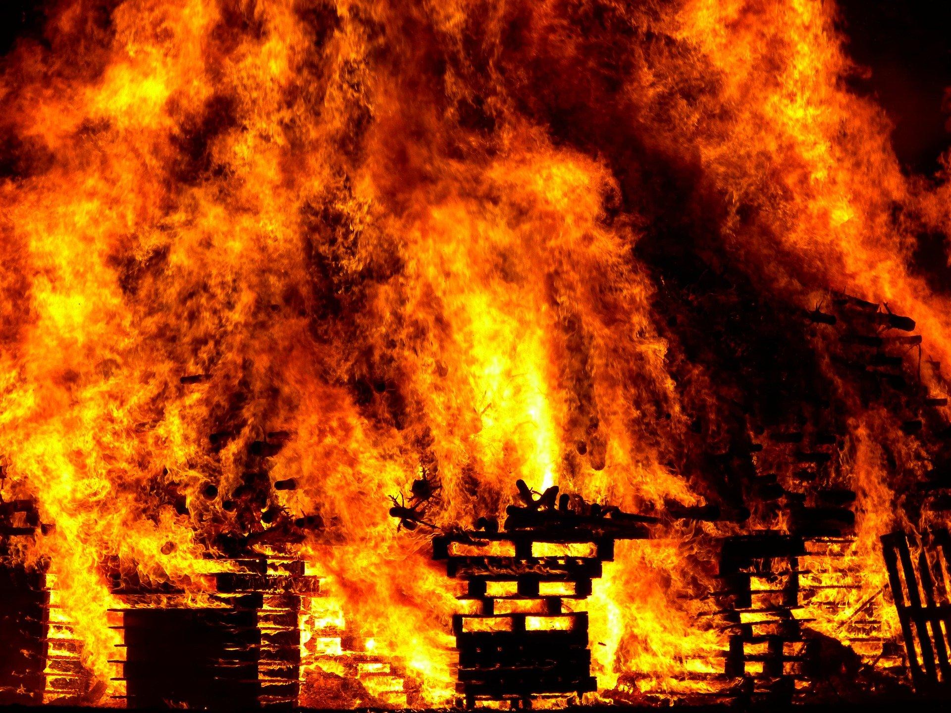 НаГерасимова вУльяновске горело строение мебельного цеха