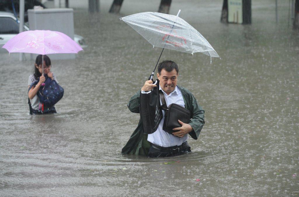 ВКитайской народной республике эвакуировали неменее 27 тыс жителей из-за сильнейших ливней