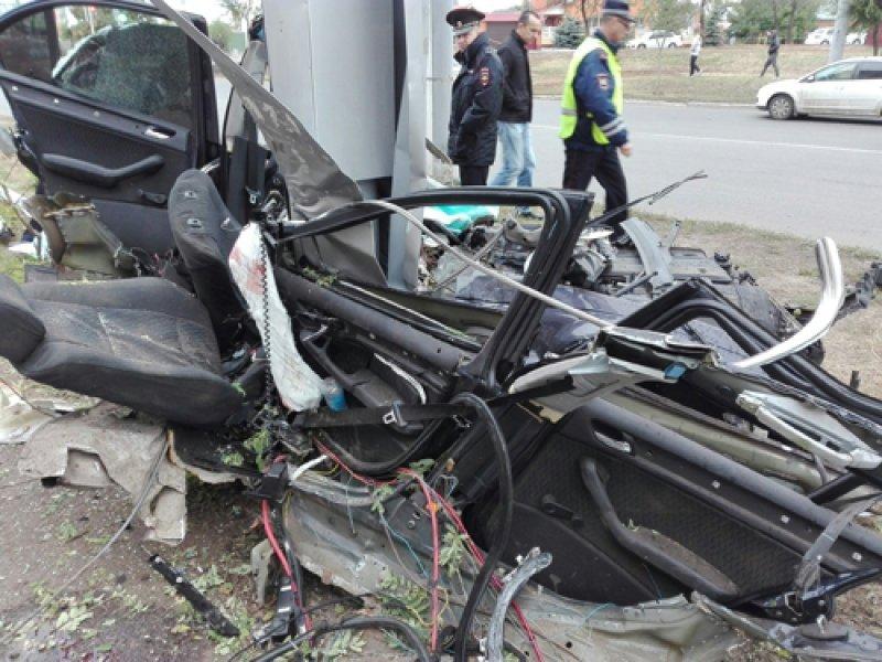 Автомобиль БМВ врезался врекламный щит вОренбурге, необошлось без жертв