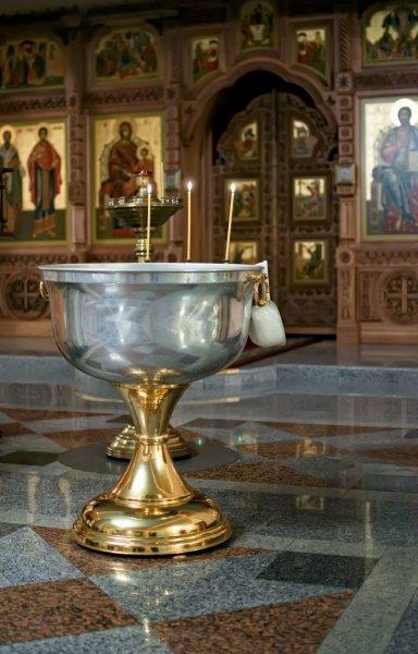 Во Франции воду в церковной купели подменили коньяком