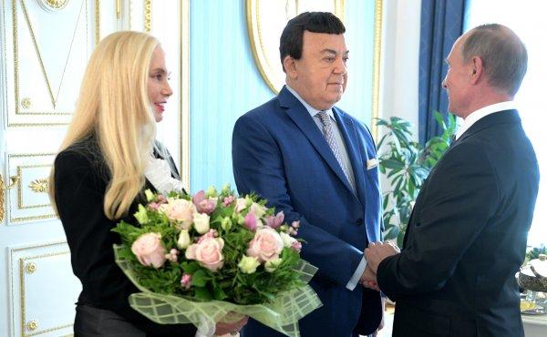 Глава России процитировал пародиста и вручил Кобзону бронзового бизона