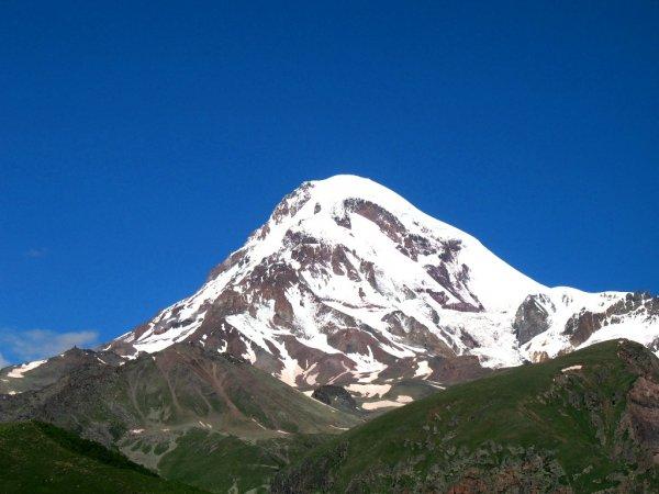 Вертолет МЧС эвакуировал пострадавшего альпиниста с горы Казбек