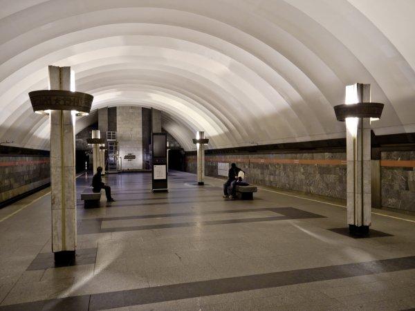 """В Петербурге стоит """"оранжевая"""" ветка метро, на рельсы упал пассажир"""