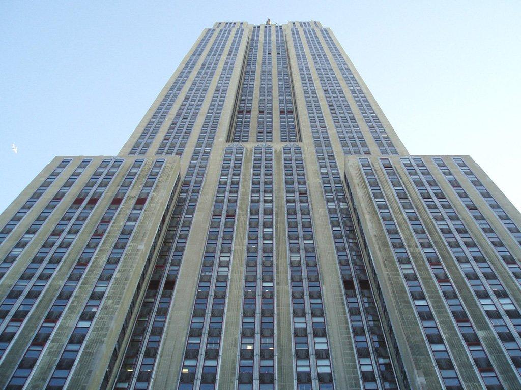 Постоялец попытался сбежать изотеля потелефонному проводу навысоте 19 этажа