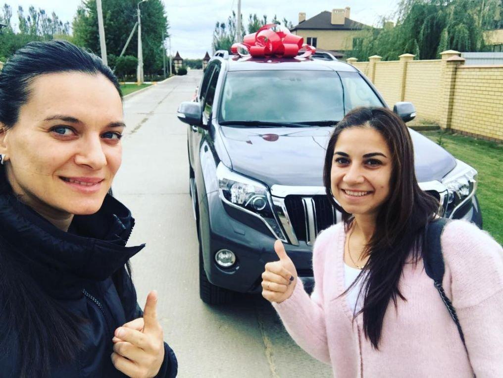Елена Исинбаева подарила отцу наюбилей джип Тоёта