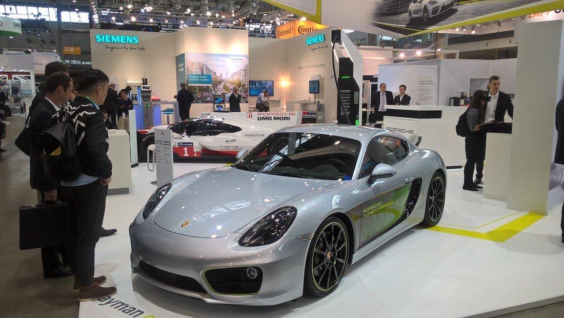 Порше впервые продемонстрировал первую версию электрифицированного купе Cayman