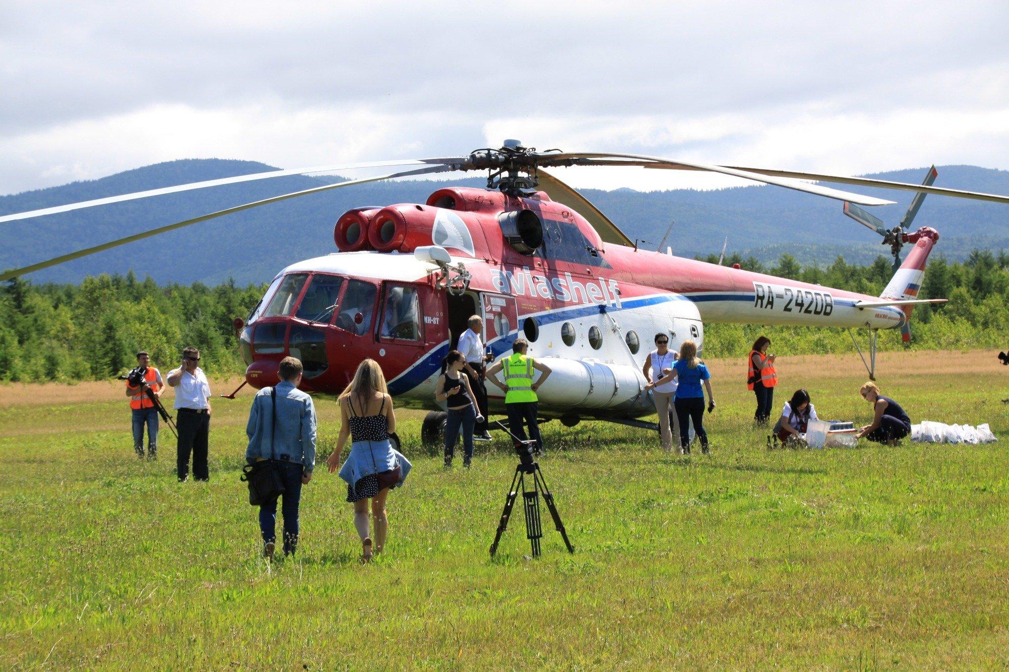 ВКении вертолёт с корреспондентами рухнул возеро
