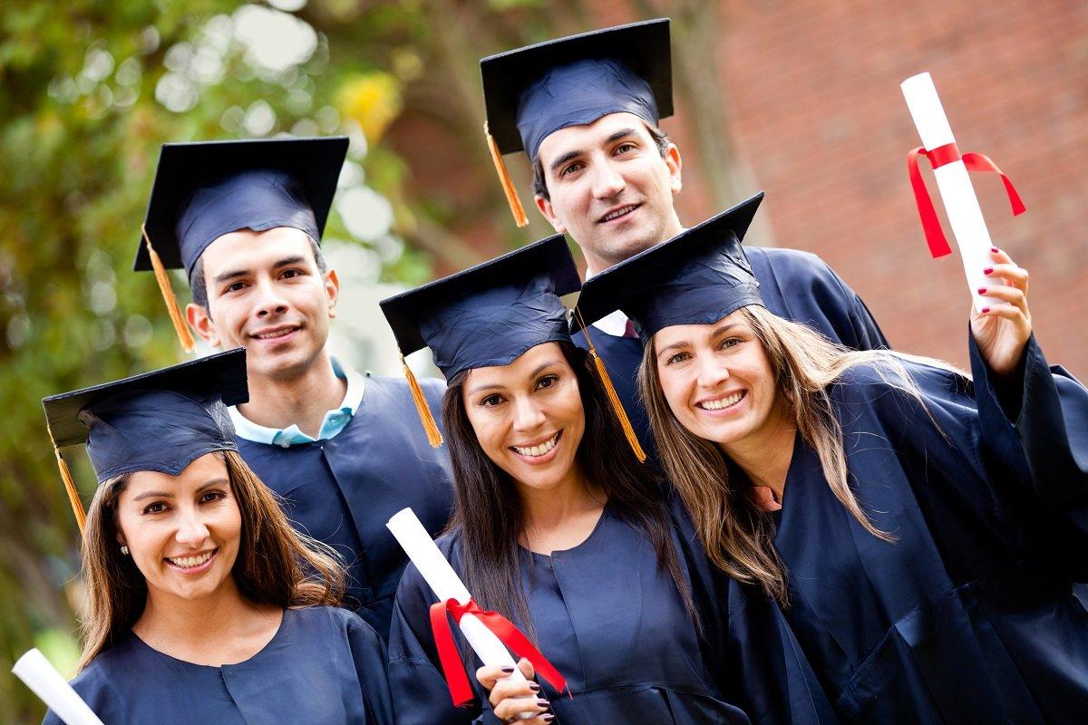 Неменее половины студентов институтов совмещают учебу сработой— Опрос